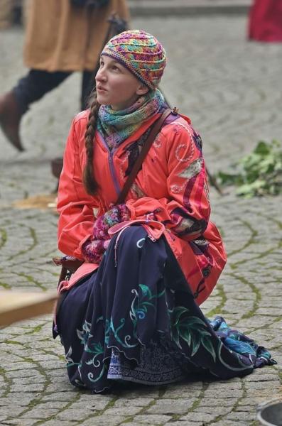 Softshellová bunda nosící, těhotenská a posléze i civilní. Zdobeno aplikace z rukou kamarádky.