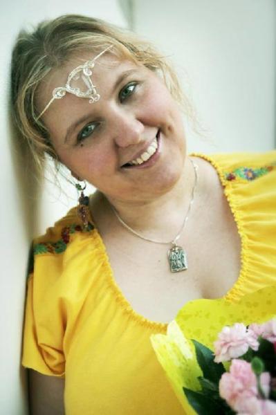 žluté úpletové slovansky laděné šaty